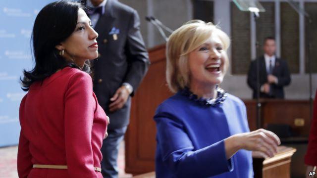Suma Abedin (izquierda) ha sido una de las interrogadas, Hasta ahora el equipo que investiga el manejo de los correos de Hillary Clinton, solo ha encontrado evidencia dispersa de su mal uso (Foto: AP).