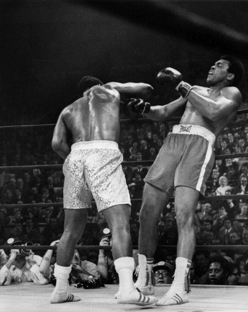 Muhammad Ali (derecha) contra Joe Frazier en 1971 (vivelohoy.com).
