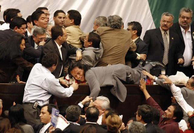 A falta de argumentos y oficio parlamentario, violencia legislativa (Foto: internet).
