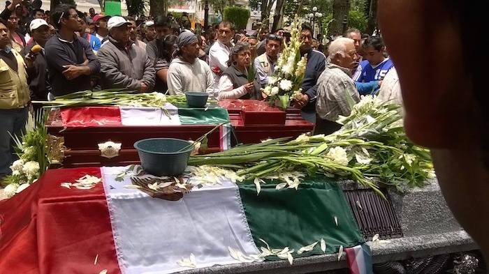 En el sepelio de dos maestros de la CNTE muertos en Oaxaca (Foto: Portal sinembargo.mx)