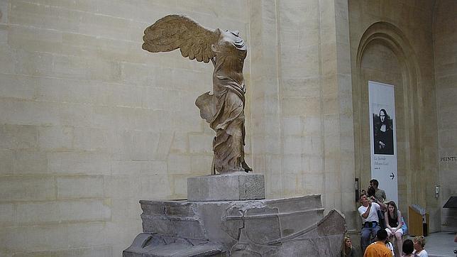 Otras representaciones conocidas de Niké son la llamada Victoria de Samotracia (actualmente en el museo del Louvre)