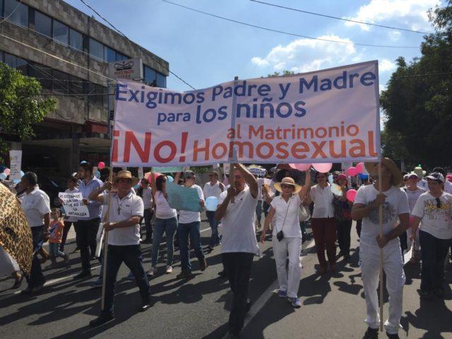 En las principales ciudades del país, las jerarquías de la iglesia católicas y cristianas han convocado a sus feligreses a manifestarse en contra de los matrimonios entre personas del mismo sexo. En esta imagen, una marcha en Guadalajara, Jalisco (Foto: Medicina Espiritual)