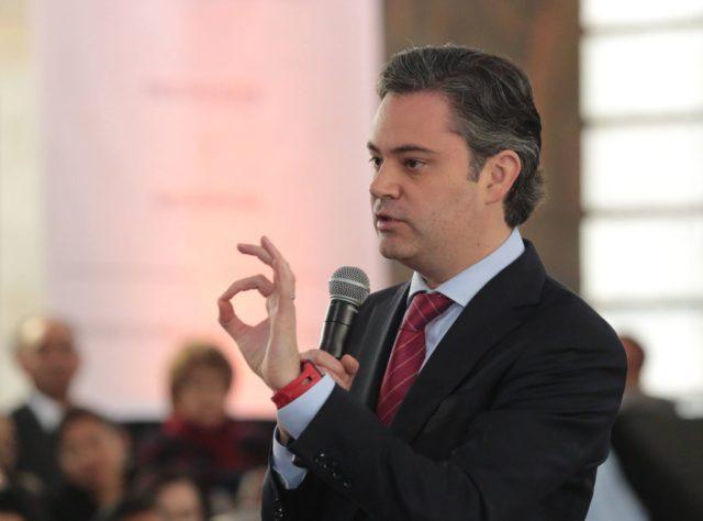 El titula de la SEP, Aurelio Nuño, minimizó la revelación periodística del plagio cometido por Peña Nieto en su tesis de licenciatura