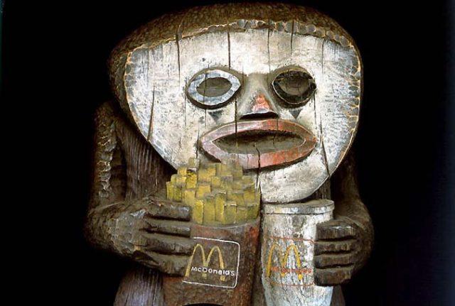 """LON03. LONDRES (R. UNIDO), 24/06/09.- Una de las obras de los hermanos Jake y Dinos Chapman, que a primera vista parecen figuritas africanas de madera, pero en las que el personaje primitivo representado sostiene, por ejemplo, una bolsa de patatas fritas con la famosa """"m"""" dorada de McDonalds, y que se pueden ver en la exposici—n, """"Arte Contempor‡neo en la Tate Britain"""", que estar‡ abierta a los curiosos hasta el 23 de agosto. EFE***SîLO USO EDITORIAL***"""