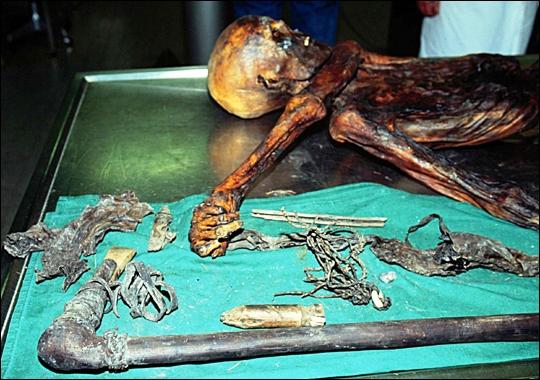 momia-otzi-con-objetos