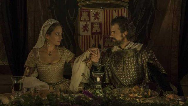 Silvia Alonso, como Germana de Foix y Rodolfo Sancho como Fernando el Católico en un fotograma de La corona partida