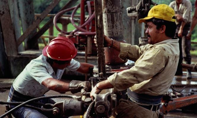 trabajadores-pemex-laborando