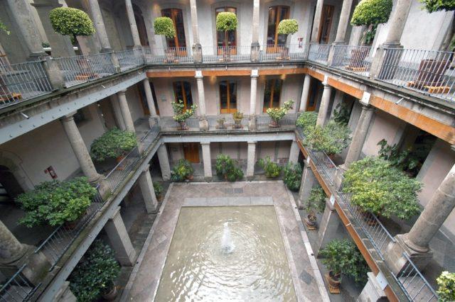 """""""Un par de metros separan el caos y la agresividad de un oasis de cultura y paz"""": Dr. Ruy Pérez Tamayo"""
