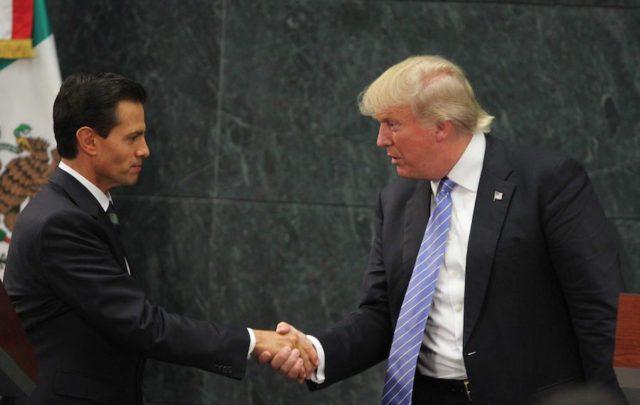 Enrique Peña Nieto recibiendo al candidato republicano, Donald Trump. Foto: Notimex
