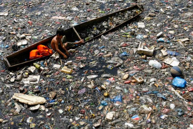 antropoceno-rio-plastico-balsa-nino