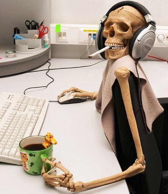 calavera-trabajando-computadora