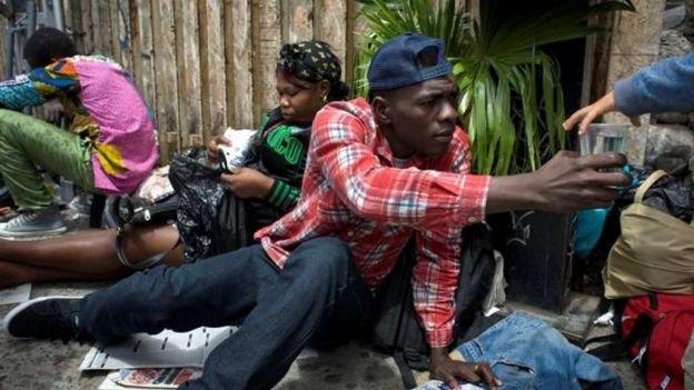 haitiano-recibe-agua-bc