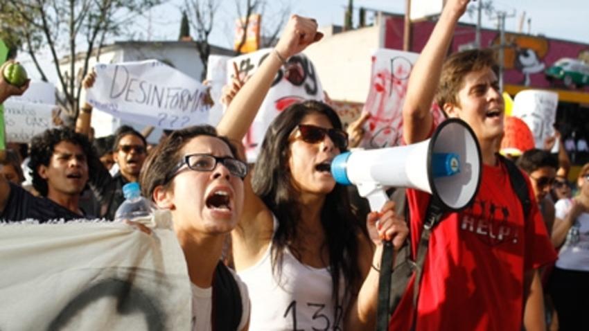 jovenes-protesta-megafono