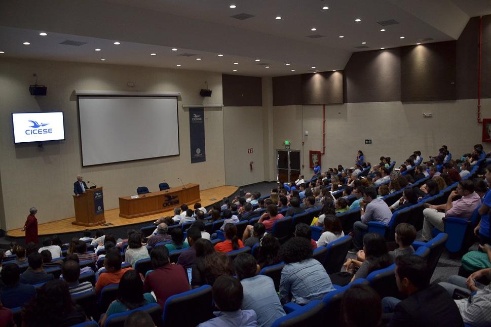 Más de 500 personas asistieron al auditorio del CICESE para escuchar la conferencia del doctor zur Huasen (Fotos: Cicese).