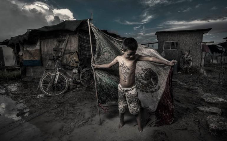 pobreza-nino-con-bandera
