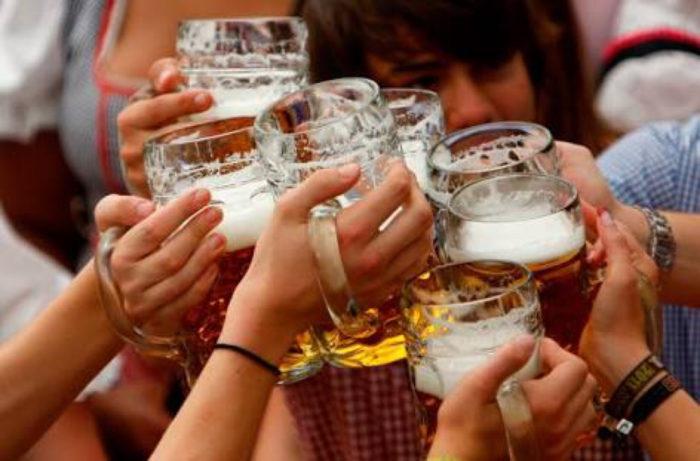 cerveza-tarros-mujeres