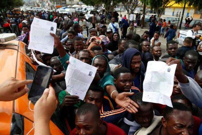 migrantes-haitianos-en-situacion-de-urgencia-esperan-pasar-a-eu-desde-tijuana-696x464