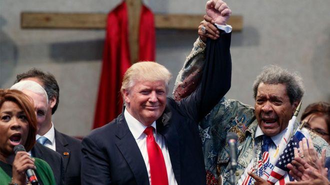 donald-trump-alza-el-brazo-con-don-king