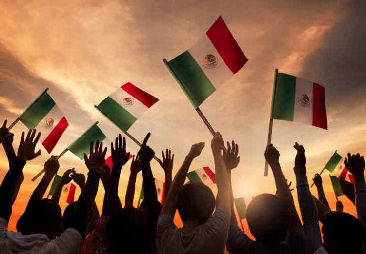 mexicanos-felices-con-banderas