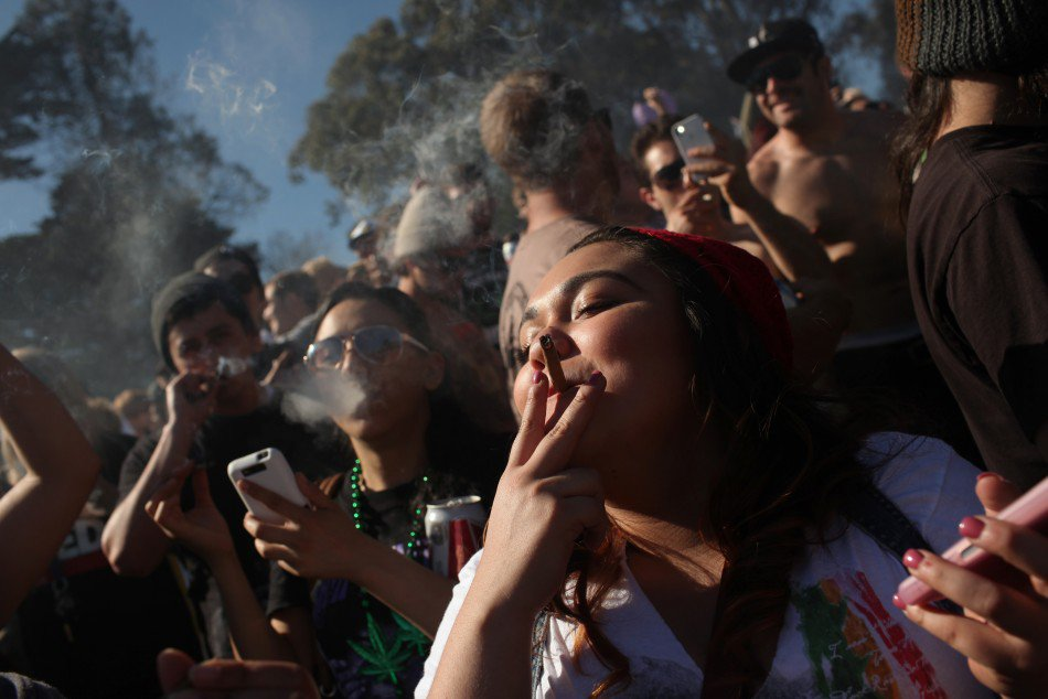 mujeres-fuman-mariguana