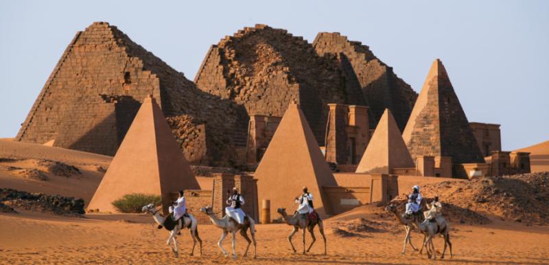 piramides-sudan-con-caravana-camellos