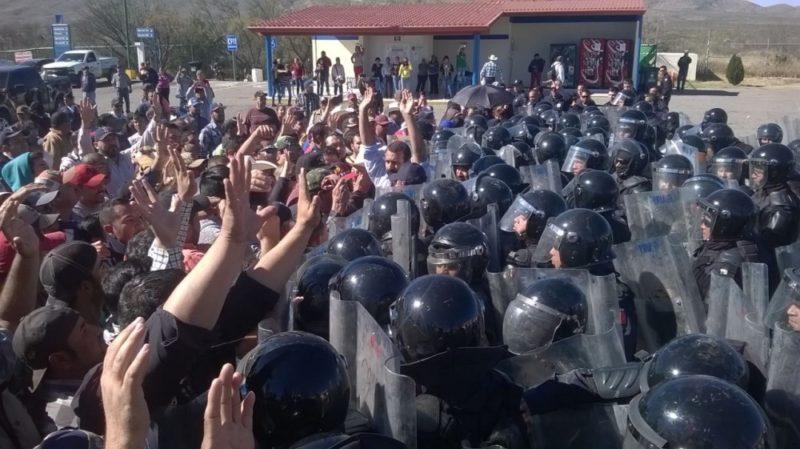 manifestantes-manos-arriba-cantan-himno-chih