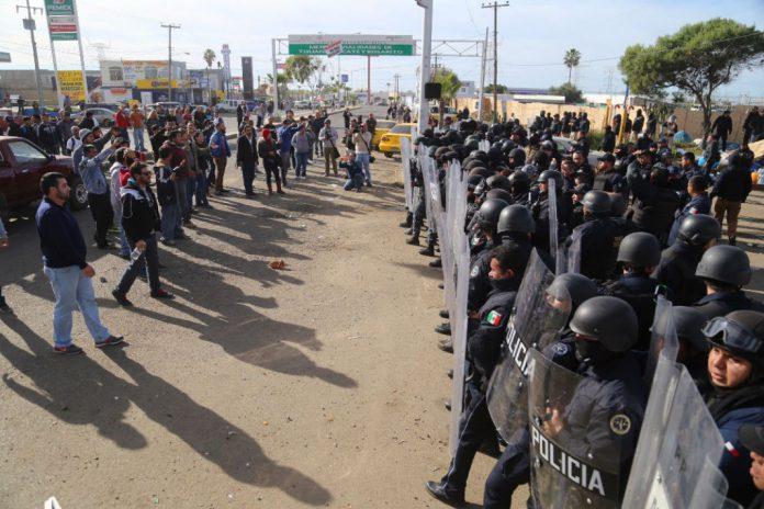 rosarito-protestantes-y-policias-federales