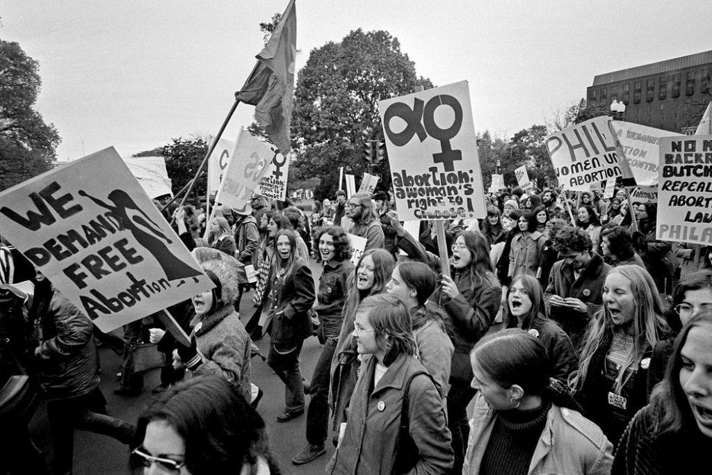 Una marcha de mujeres en Washington, en 1971, para exigir que la interrupción del embarazo fuera legal. Lo es desde el fallo de Roe vs. Wade, de 1973. Credit Associated Press